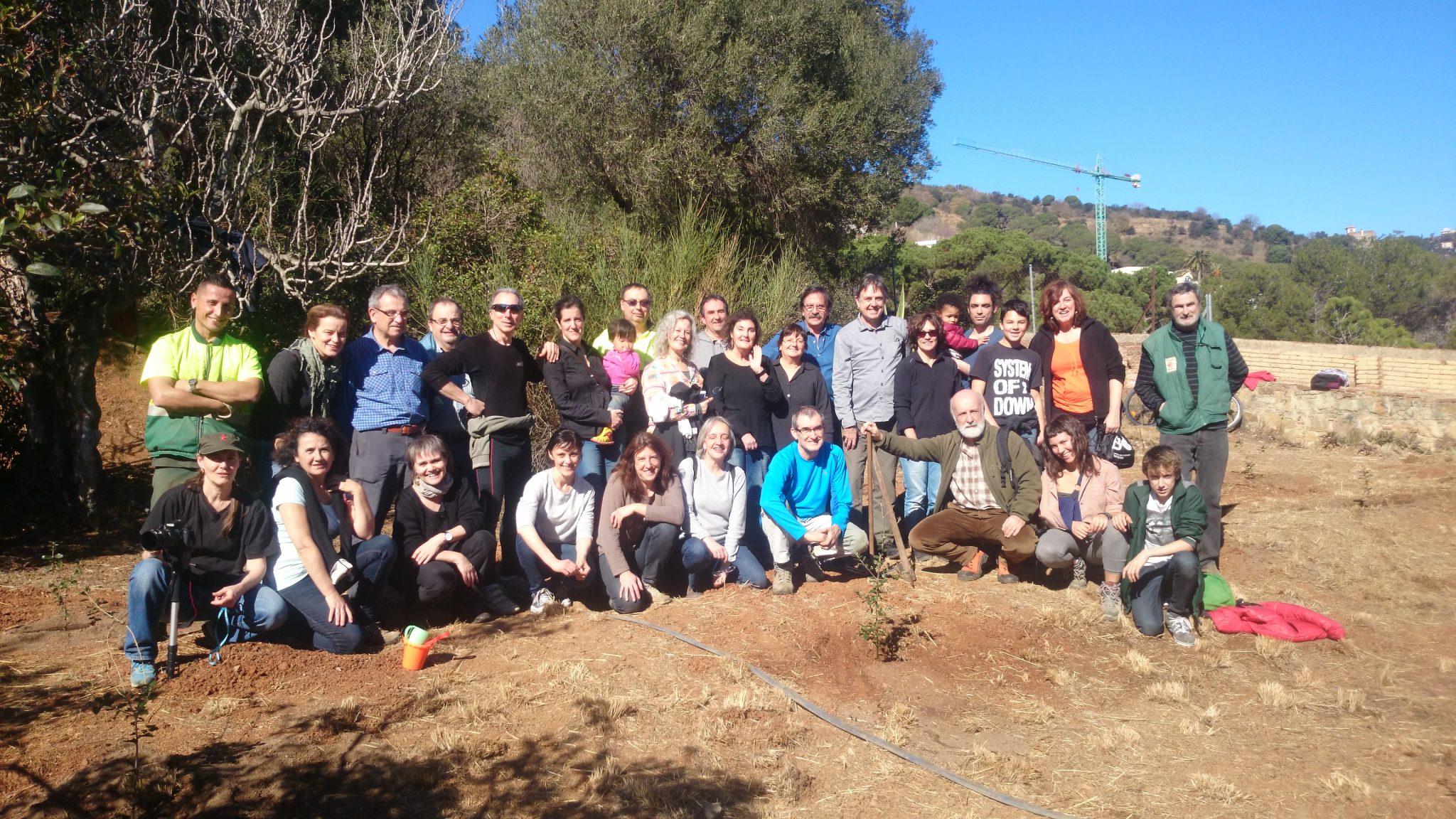 Grup de participants a la plantada del Parc del castell de l'Oreneta